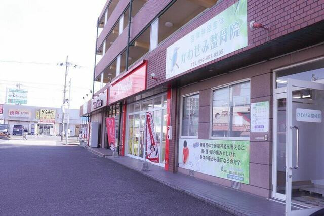 店舗の前に共有の駐車場があります。